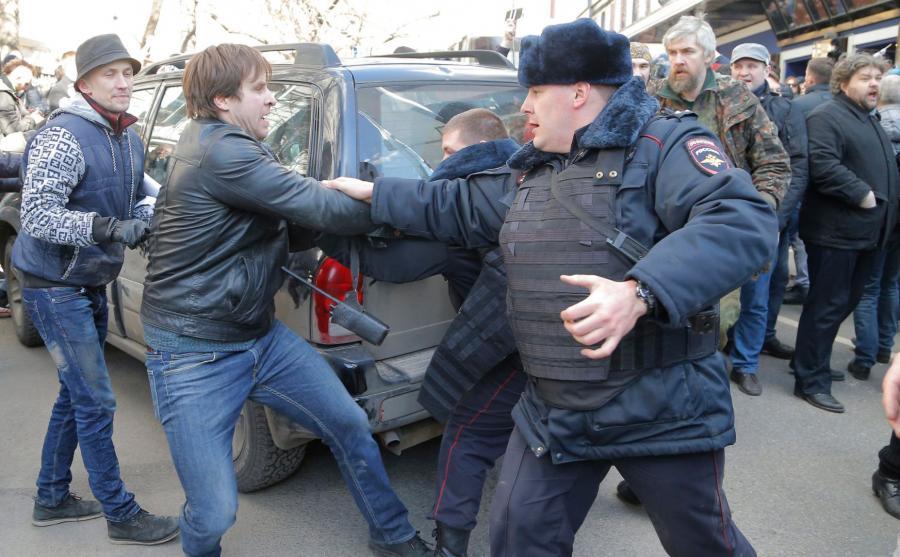 Milicjanci walczą z protestującymi
