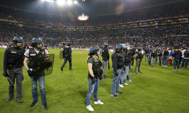 Liga Europy: Tureccy kibice starli się z francuską policją. Fani Lyonu wbiegli na boisko [FOTO]