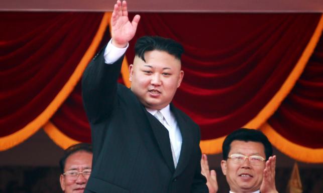 Nowa broń i... nowa fryzura Kim Dzong Una. Reżim w Pjongjangu pręży muskuły [ZDJĘCIA]