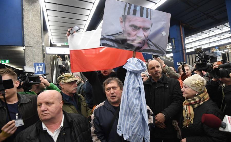 Przeciwnicy Donalda Tuska na Dworcu Centralnym