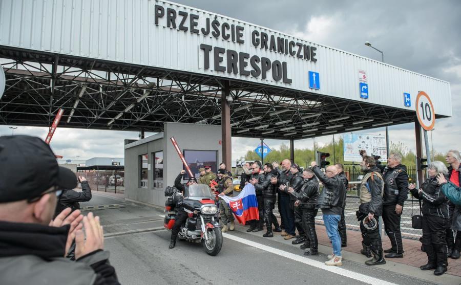 """Członkowie klubu Nocne Wilki i prezes polskiego oddziału """"Nocnych Wilków"""" Dariusz Kaczmarczyk"""