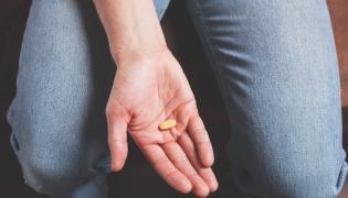 Tabletka w dłoni