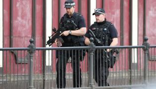 Uzbrojeni policjanci na ulicach Manchesteru