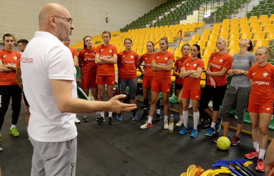 Trener Leszek Krowicki (L) i zawodniczki reprezentacji Polski w piłce ręcznej podczas treningu w Kielcach