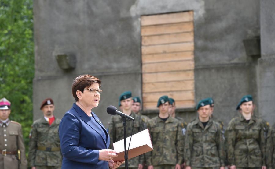 Premier Beata Szydło przemawia przy budynku Lagerhaus w pobliżu byłego obozu Auschwitz I w Oświęcimiu