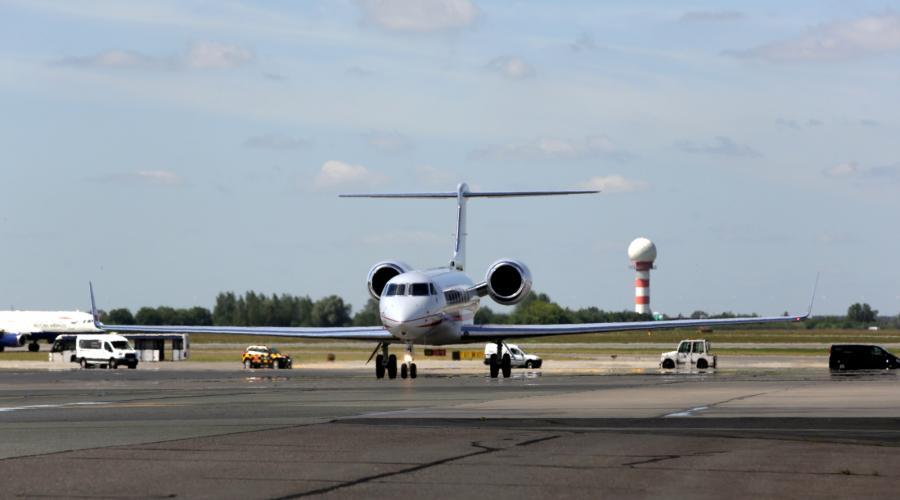 Samolot Gulfstream G550 ląduje na warszawskim lotnisku