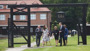 Księżna Catherine (2L) i książę William (P) zwiedzają teren byłego niemieckiego obozu koncentracyjnego Stutthof (Pomorskie), w towarzystiwe tłumaczek oraz dyrektora Muzeum Stutthof Piotra Tarnowskiego (L)