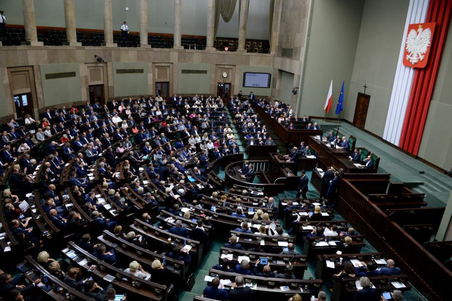 Posłowie na sali obrad w Sejmie.
