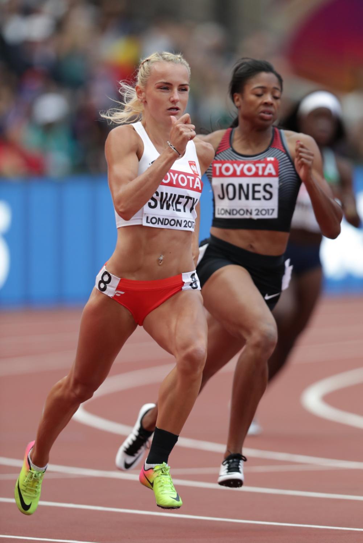 Justyna Święty (L) podczas biegu eliminacyjnego na dystansie 400 m