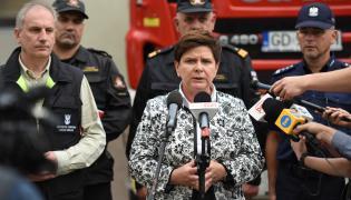 Premier Beata Szydło (C) i wojewoda pomorski Dariusz Drelich (L) podczas konferencji prasowej po posiedzeniu Wojewódzkiego Zespołu Zarządzania Kryzysowego dot. sytuacji w województwach dotkniętych nawałnicami