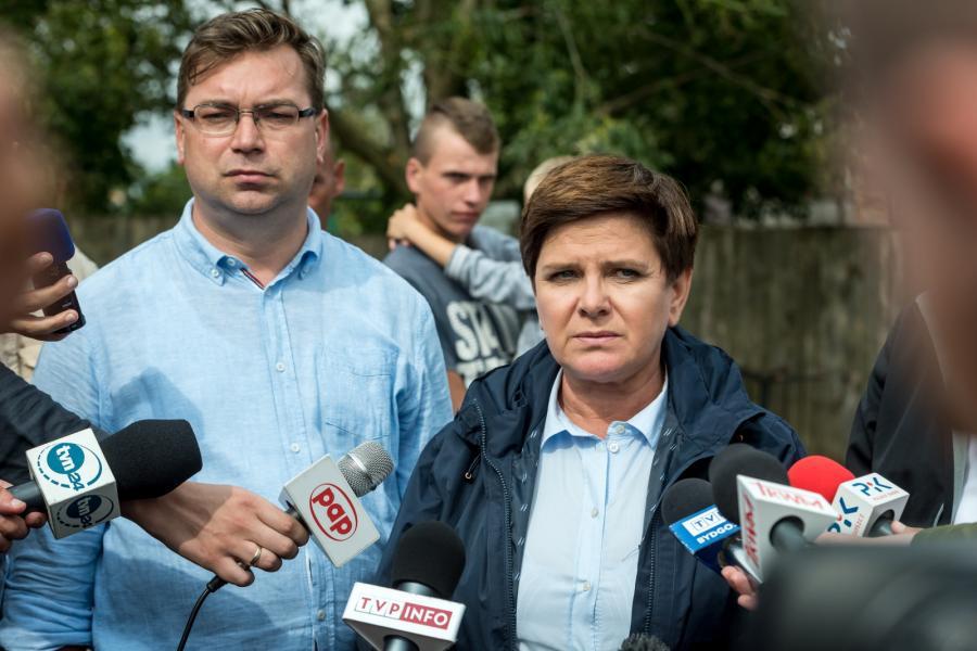 Premier Beata Szydło oraz Wójt Gostycyna Ireneusz Kucharski podczas konferencji prasowej w Małej Kloni