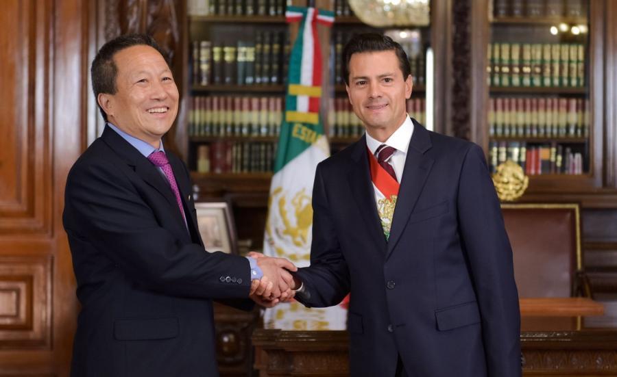 Na zdjęciu archiwalnym meksykański prezydent Enrique Pena Nieto i północnokoreański ambasador Kim Hyong Gil