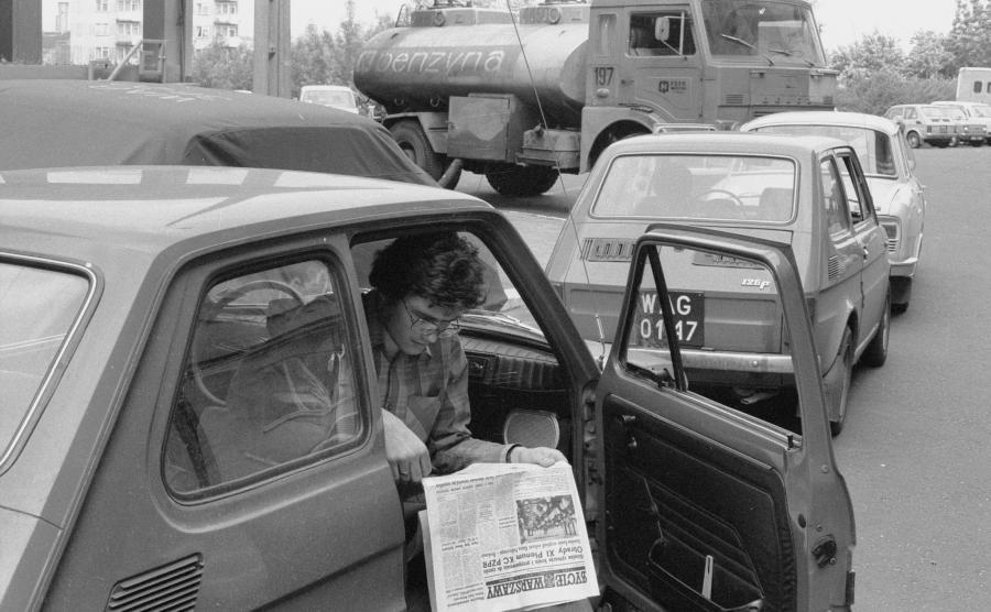 Kolejka po benzynę na stacji CPN (Warszawa, 1981 rok)