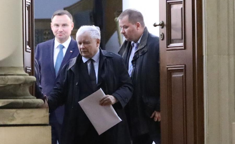 Prezes Prawa i Sprawiedliwości Jarosław Kaczyński wychodzi z Belwederu