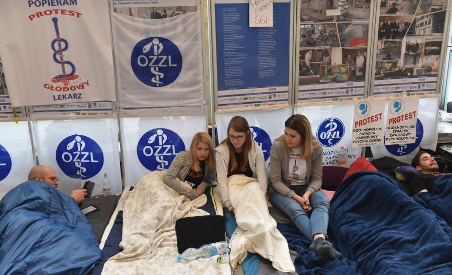 Grupa młodych lekarzy prowadzi głodówkę w Uniwersyteckim Szpitalu Dziedzięcym w Krakowie - Prokocimiu