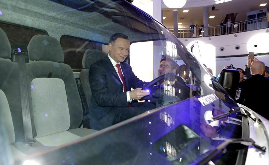 Prezydent Andrzej Duda za kierownicą Ursusa ELVI