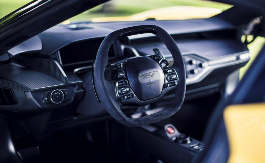 Kierownica Forda GT jest naszpikowanej przyciskami