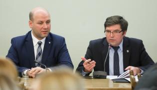 Szymon Szynkowski vel Sęk z PiS i zastępca przewodniczącgo komisji Tomasz Jaskóła podczas sejmowej Komisji Nadzwyczajnej do spraw rozpatrzenia projektów ustaw z zakresu prawa wyborczego.