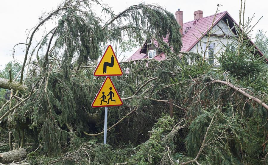 Zniszczenia po gwałtownej burzy na Pomorzu