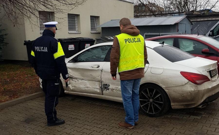 Mercedes staranował bramkę i wjechał pod prąd na autostradę w kierunku Warszawy