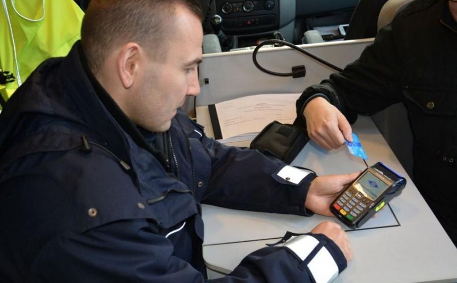 Mandat zapłacisz kartą w radiowozie policji
