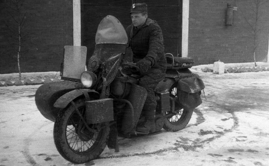 Milicjant na Harley-Davidson WLA 42. Po wojnie na terenie Polski pozostało w użyciu wiele wojskowych modeli H-D, w tym właśnie WLA. Funkcjonariusze MO jeździli na motocyklach amerykańskiej marki w latach 1945-1952 do momentu, w którym Stalin nakazał cały imperialistyczny sprzęt zniszczyć