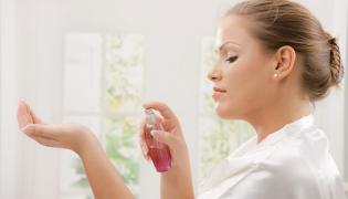 Kobieta używa perfum
