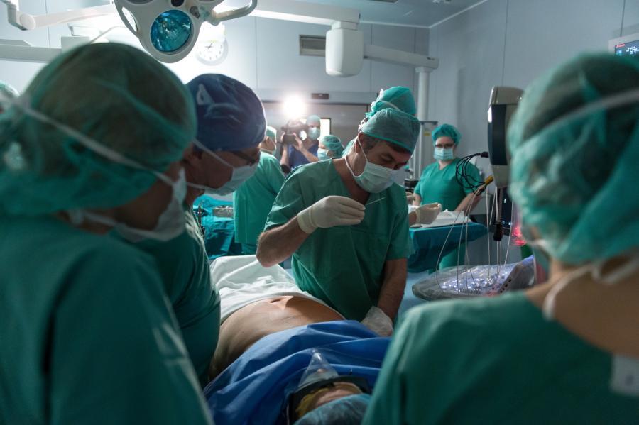 Operacja złośliwego guza wątroby przy użyciu echolasera, przeprowadzona przez polski zespół i włoskiego operatora Giovanniego Giuseppe Di Costanzo