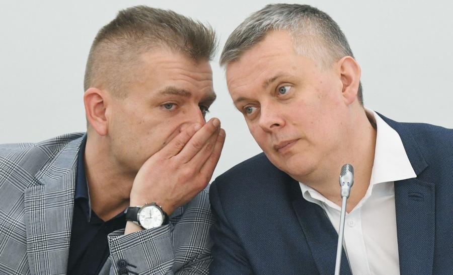Posłowie PO Bartosz Arłukowicz (L) i Tomasz Siemoniak (P) podczas posiedzenia zespołu śledczego Platformy Obywatelskiej do spraw Zagrożeń Bezpieczeństwa Państwa w sprawie Nangar Khel