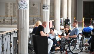 W Sejmie trwa stacjonarny protest rodziców osób niepełnosprawnych oraz ich podopiecznych