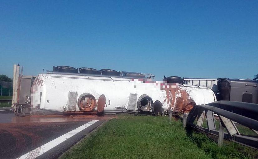 Autostrada A2 zablokwana po wypadku ciężarówki z czekoladą