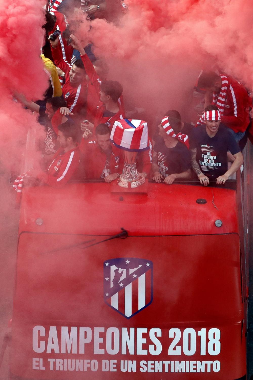 Piłkarze Atletico razem z kibicami świętowali swój sukces na ulicach Madrytu