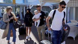 Zawodnicy piłkarskiej reprezentacji Polski Dawid Kownacki (P) i Bartosz Bereszyński (2P) z rodzinami wchodzą do hotelu Bryza w Juracie