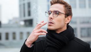 Mężczyzna pali papierosy