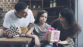 Rodzice dają prezenty córce