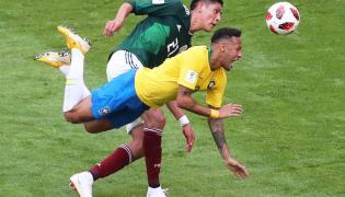 Neymar (w żółtej koszulce)