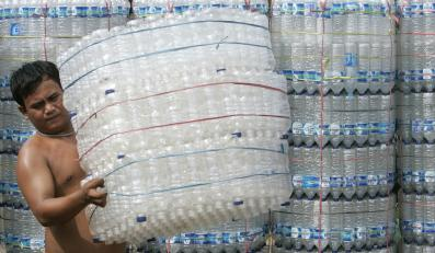 Do wyprodukowania butelki wody mineralnej zużywa się 2 tys. razy więcej energii niż przy nalewaniu jej z kranu