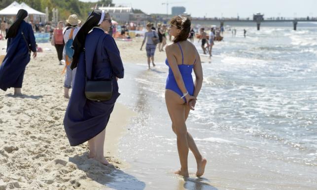 Bezcenne ujęcie: Anna Popek w stroju kąpielowym ucina sobie na plaży pogawędkę z zakonnicami. FOTO