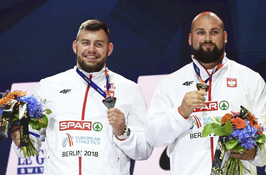 Michał Haratyk (P) i Konrad Bukowiecki (L), podczas ceremonii dekoracji medalowej, na lekkoatletycznych mistrzostwach Europy w Berlinie