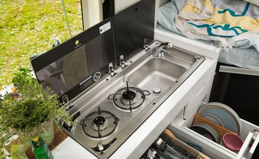 Kuchnia została wyposażona w kuchenkę dwupalnikową, lodówkę, umywalkę i powierzchnię roboczą