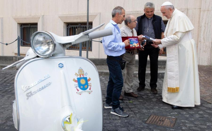 Papież Franciszek otrzymał biały skuter Vespa