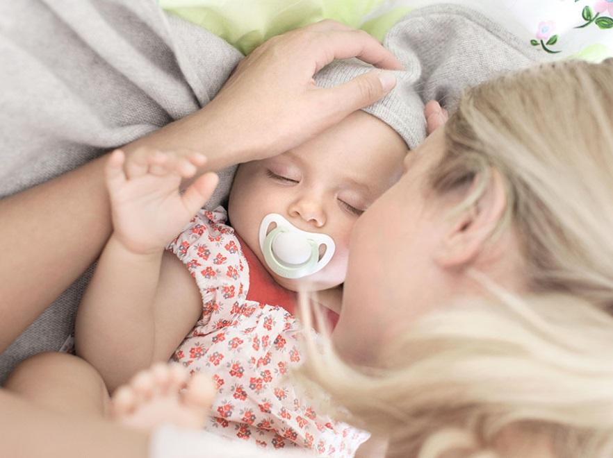 Matka usypia dziecko