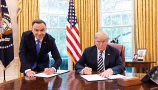 Prezydenci Andrzej Duda i Donald Trump podpisują deklarację o partnerstwie strategicznym / fot. Twitter/@realDonaldTrump