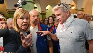 Wiceprzewodnicząca KOD Magdalena Filiks (L) i Roman Kuzimski (P) z Solidarności na korytarzu Sądu Okręgowego w Gdańsku