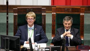 Marszałek Sejmu Marek Kuchciński (P) podczas otwarcia sesji. XXIV sesja Sejmu Dzieci i Młodzieży
