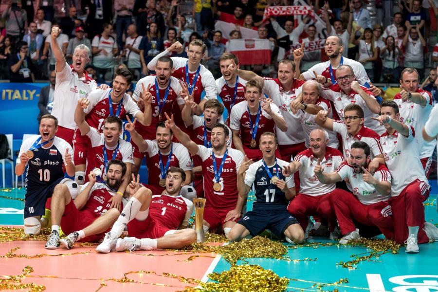 Siatkarska reprezentacja Polski ze złotymi medalami mistrzow świata w Turynie