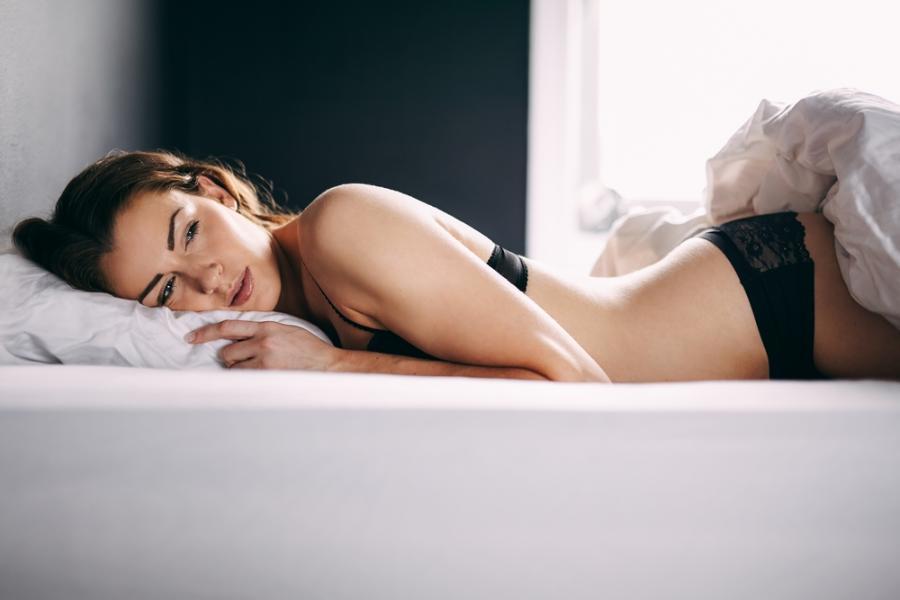 Samotna kobieta w łóżku