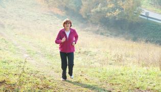 Kobieta w średnim wieku biegnie