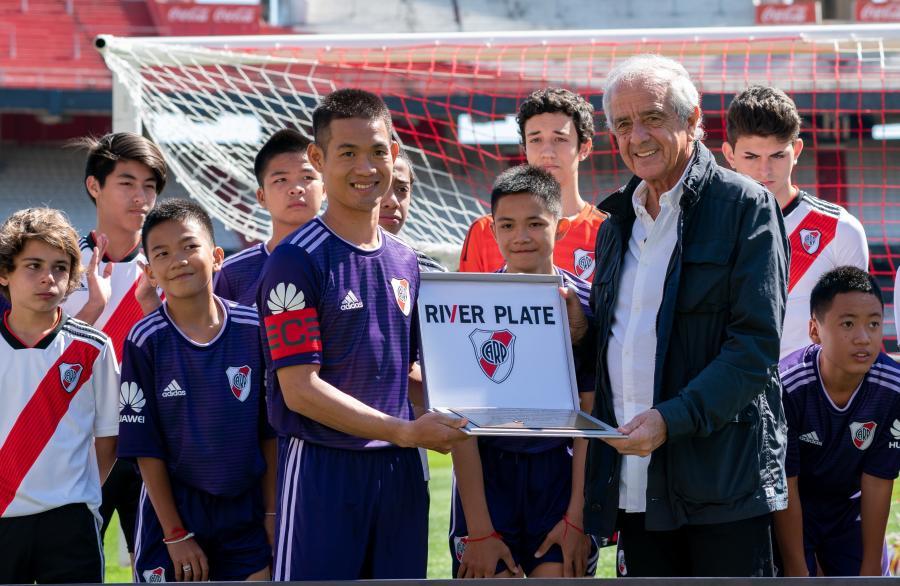 Uratowani w lipcu z jaskini w Tajlandii chłopcy wzięli udział w piłkarskim meczu pokazowym w Buenos Aires