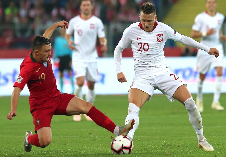 Polak Bartosz Piotr Zieliński (P) i Mario Rui (L) z Portugalii podczas meczu piłkarskiej Ligi Narodów w Chorzowie